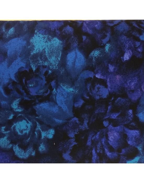 Tela con flores en tonos azules y morados