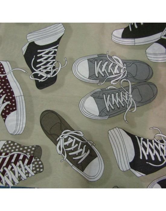 Tela estampada con zapatillas y botas converse